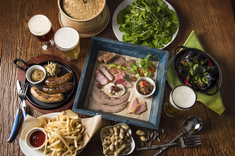 シャルキュトリ、窯焼きの骨付き肉など、迫力 の肉料理を生ビールとともに!